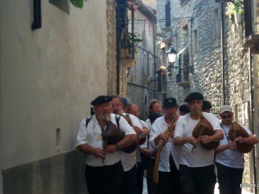 Música y tradición se dan cita en el casco antiguo de Boltaña